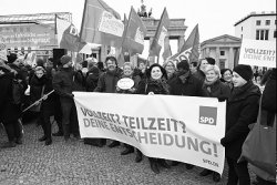 "Vor dem Brandenburger Tor nahm die SPD-Bundestagsfraktion am ""Equal-Pay-Day"" an einer Demonstration des DGB teil und forderte nicht nur die gleiche Bezahlung von Frauen. Foto: Andreas Amann"